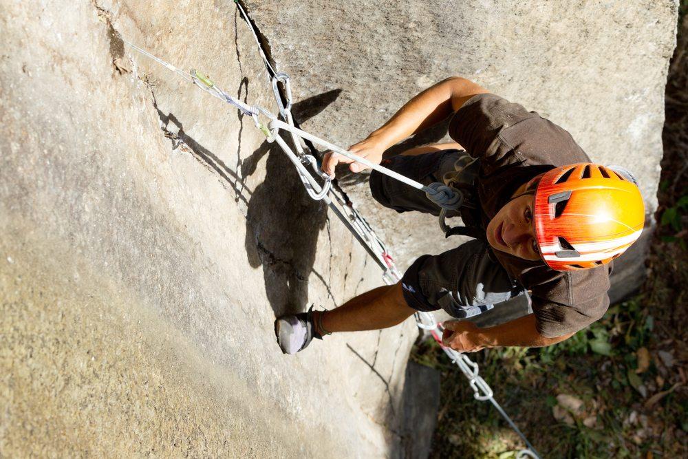 Beim Klettern darf natürlich die richtige Ausrüstung nicht fehlen. (Bild: Ammit Jack / Shutterstock.com)