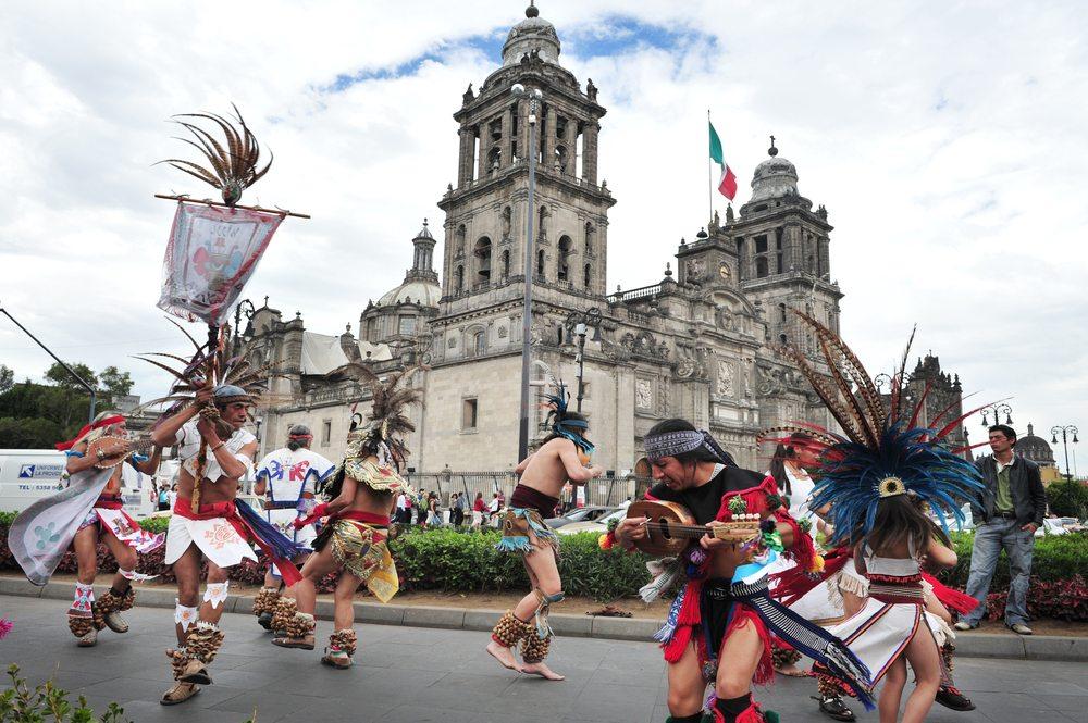 Folklore-Tänze vor der Catedral Metropolitana in Mexiko-Stadt. (Bild: ChameleonsEye / Shutterstock.com)
