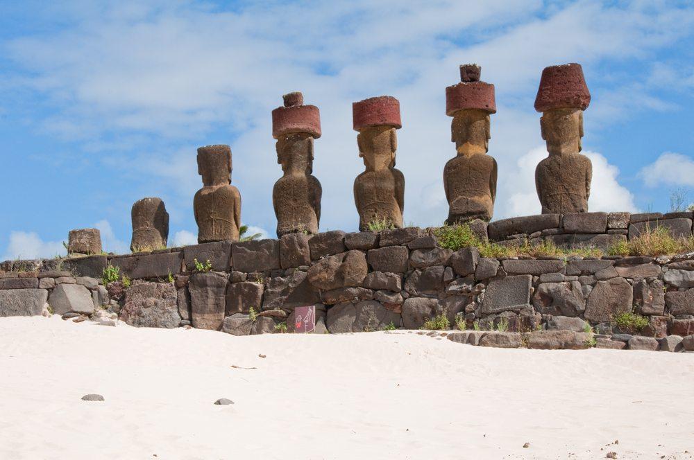 """Die Hauptattraktion sind die über 800 """"Moai"""", die riesigen Steinskulpturen. (Bild: © Alberto Loyo - shutterstock.com)"""
