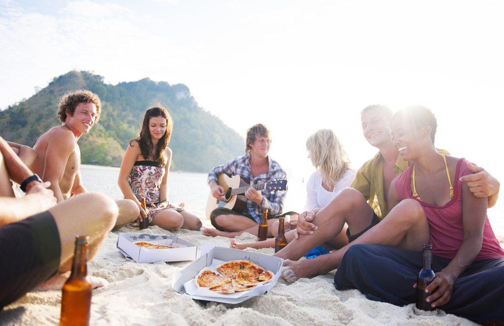 Pizzastücke werden sehr häufig am Strand angeboten. (Bild: Rawpixel / Shutterstock.com)