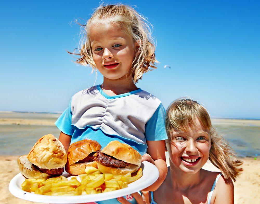 Viele Snacks, die am Strand offeriert werden, sorgen nach der Reise für eine Gewichtszunahme. (Bild: Poznyakov / Shutterstock.com)