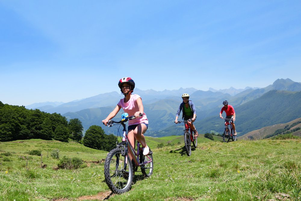 Wenn man im Urlaub mit dem Fahrrad auf Tour gehen möchte, ist die Schweiz ein optimales Ziel. (Bild: Goodluz / Shutterstock.com)