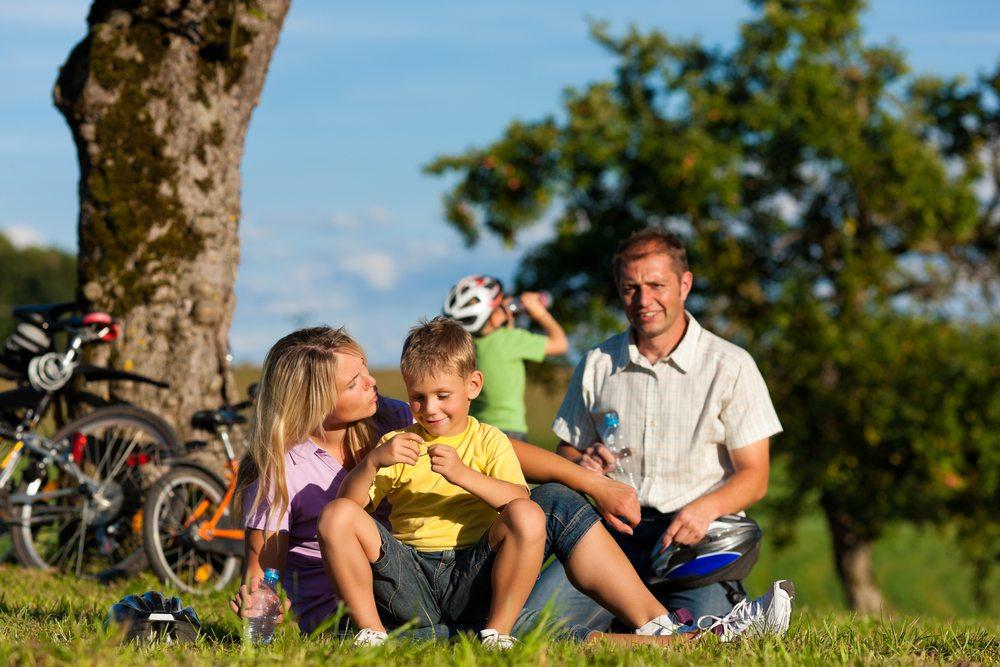 Bei einer Fahrradtour ist darauf zu achten, dass immer genügend Wasser zur Verfügung steht. (Bild: Kzenon / Shutterstock.com)