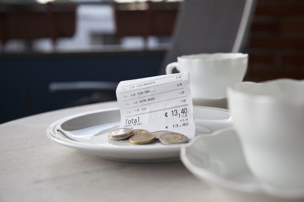 In Restaurants sind zwischen vier und acht Prozent Trinkgeld üblich. (Bild: macgyverhh / Shutterstock.com)