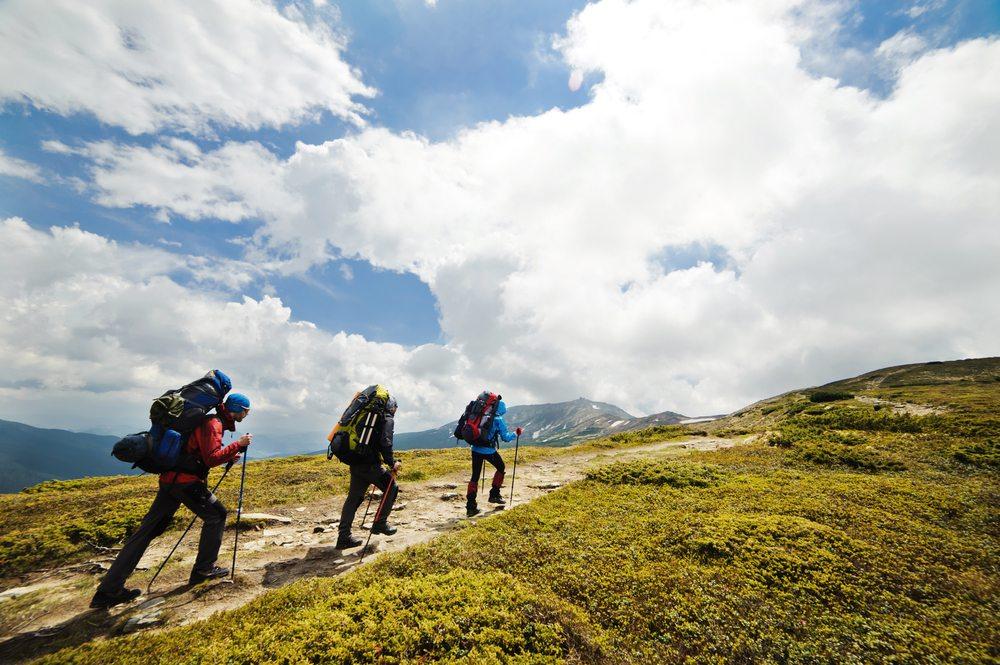 Das Wandern ist eine gute Möglichkeit, um sich die erforderliche Kondition anzutrainieren. (Bild: Artur Ish / Shutterstock.com)
