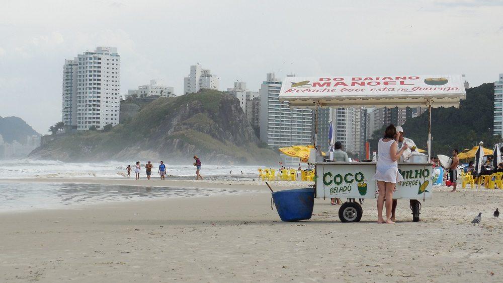 Eine erfrischende Kokosnuss am Strand (Bild: © Johannes Gruber)