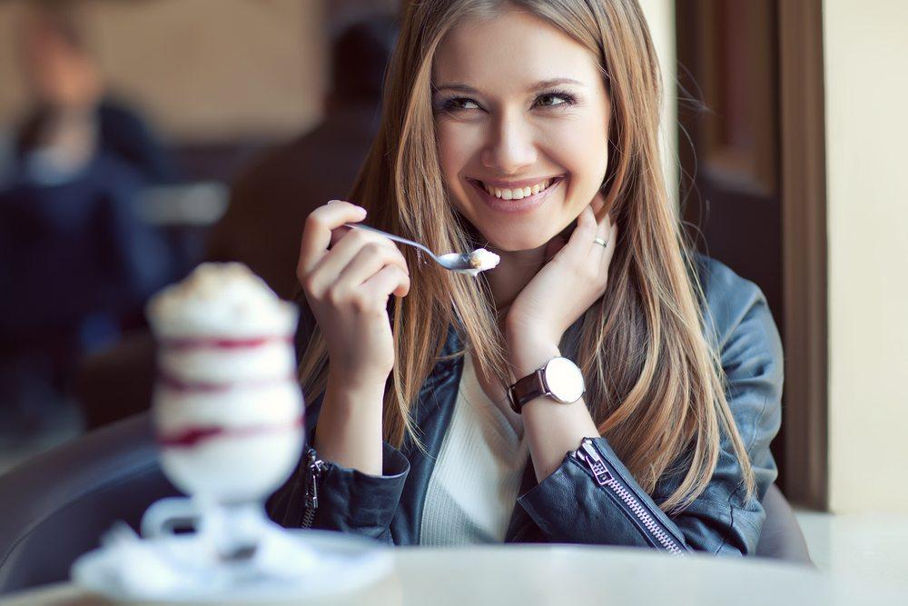 Es ist kein Makel ist, alleine an einem Tisch zu sitzen. (Bild: Nina Buday / Shutterstock.com)