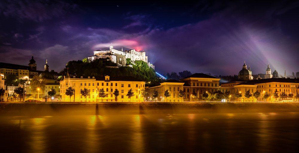 Salzburg bei Nacht (Bild: © DeepGreen - shutterstock.com)