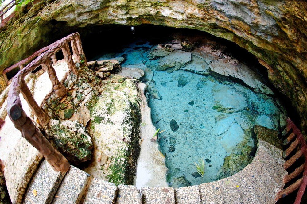 Ogtong Höhlen mit kristallklarem Wasser (Bild: © Jordan Tan - shutterstock.com)