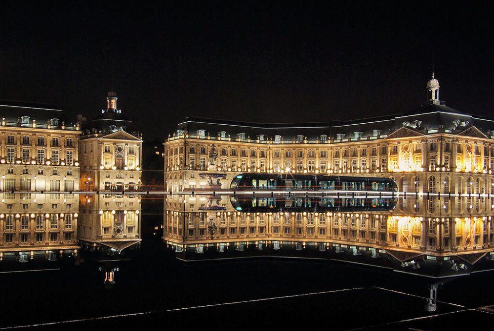 Bordeaux, Place de la Bourse mit Tram. Im Vordergrund: der Miroir d´eau (Bild: Phillip Maiwald, Wikimedia, CC)