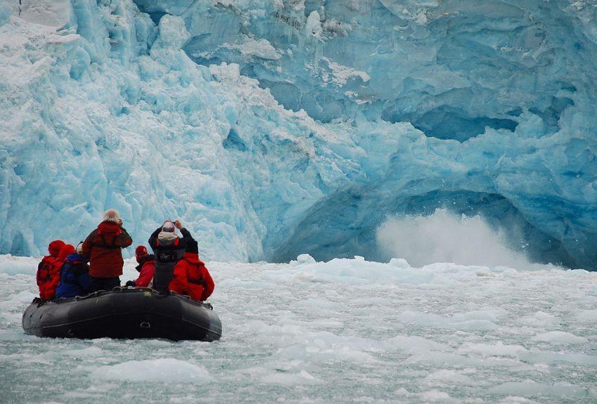 Touristen beim Besuch der Gletscher von Spitzbergen (Bild: Woodwalker, Wikimedia, CC)