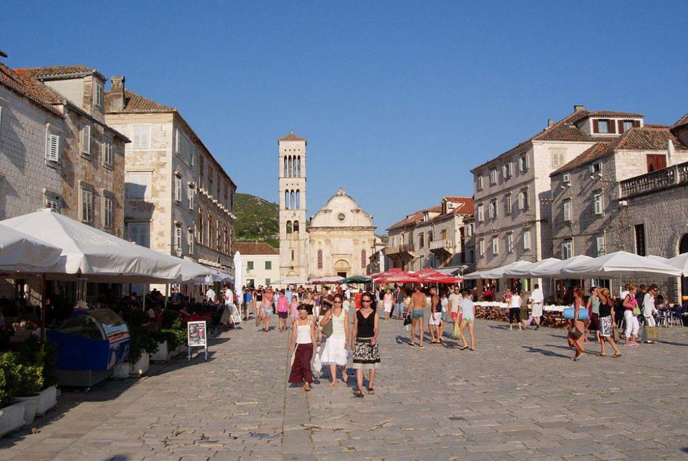 Stadt Hvar – der zentrale Stadtplatz mit der Stephans-Kathedrale.  (Bild: Gaúcho, Wikimedia, GNU)