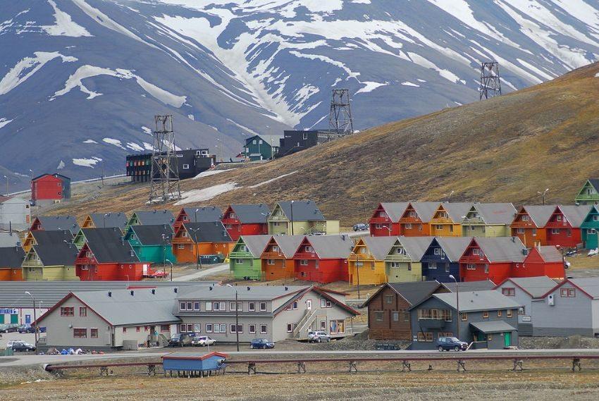Blick auf bunte Häuser von Longyearbyen (Bild: Svalbard Global Seed Vault/Peter Vermeij, Wikimedia, CC)