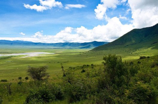 Landschaft am Kraterrand von Ngorongoro (Bild: William Warby, Wikimedia, CC)