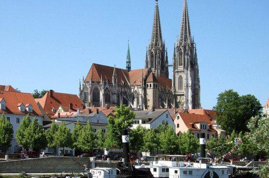 Der Dom Sankt Peter gilt als der bedeutendste gotische Kirchenbau Bayerns. (Bild: Omnidoom 999, Wikimedia, CC)