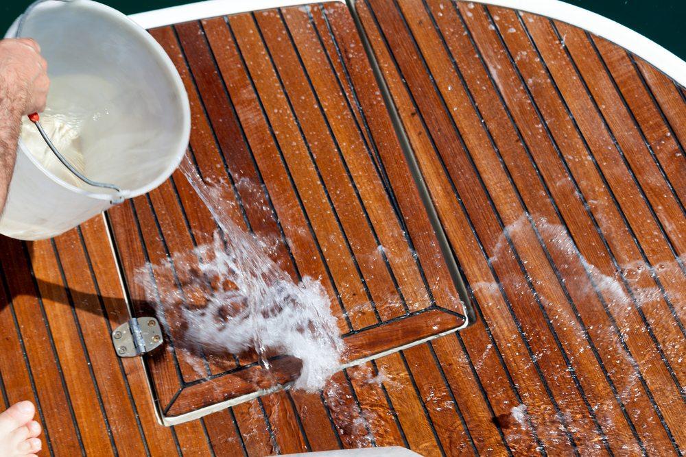Auf Segelbooten ist in der Regel immer etwas zu tun und der Skipper ist für jede mithelfende Hand dankbar. (Bild: © eZeePics - shutterstock.com)