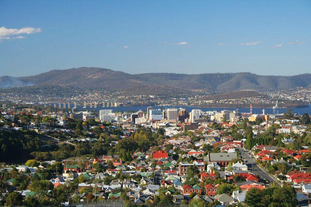 Hauptstadt Tasmaniens Hobart City mit der Tasman-Brücke (Bild: CSIRO, Wikimedia, CC)