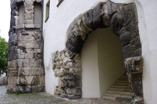 Die Reste des ehemaligen Römischen Lagers beim Bischofs-Hof in Regensburg. (Bild: Rosa-Maria Rinkl, Wikimedia, CC)