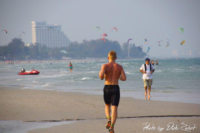Der Strand in Hua Hin ist perfekt zum Joggen geeignet. (Bild: © Dirk Zehrt)