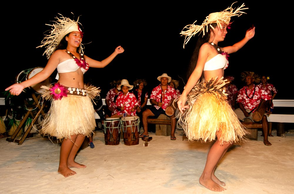 Volkstänze auf den Cook-Inseln. (Bild: ChameleonsEye / Shutterstock.com)