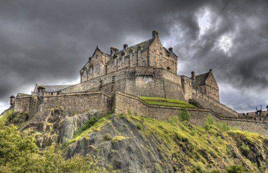 Die Festung mit ihren mächtigen Mauern thront auf dem Castle Rock. (Bild: © jan kranendonk - shutterstock.com)