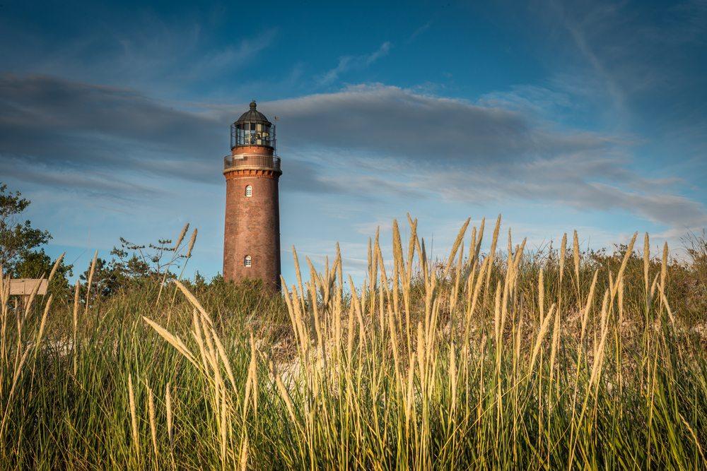 An markanter Stelle bezeichnet der Leuchtturm Darsser Ort die Nordwestspitze der  Halbinsel. (Bild: © orxy - shutterstock.com)