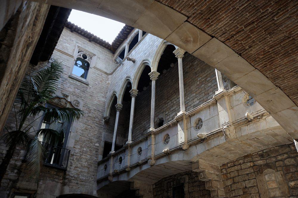 Der Museu-Picasso-Baukomplex mit seinen verwinkelten Räumen und Innenhöfen ist ein Kunstwerk für sich. (Bild: akez / Shutterstock.com)