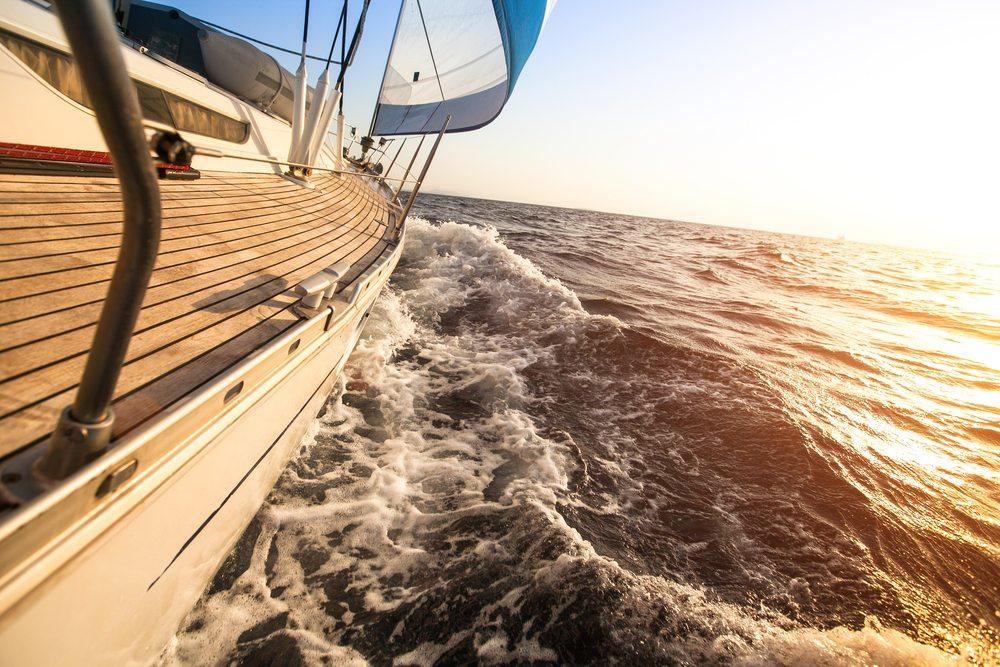 Eine Portion Abenteuerlust und die Liebe zur Natur sind Gute Voraussetzungen zum mitsegeln. (Bild: © De Visu - shutterstock.com)
