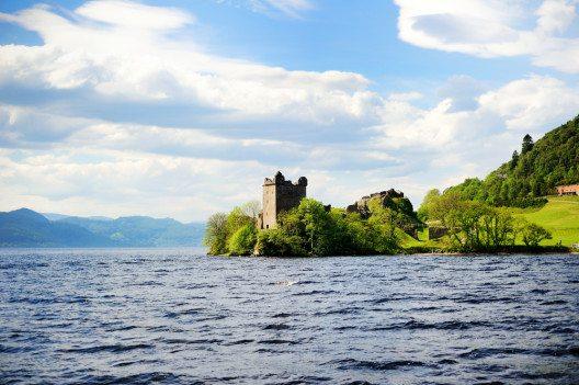 Urquhart Castle – an den Ufern von Loch Ness. (Bild: © Alinute Silzeviciute - shutterstock.com)