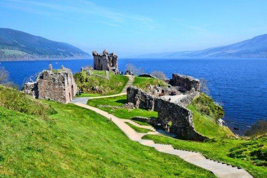 Urquhart Castle ist eine Ruine, die sich am Westufer des berühmten Loch Ness befindet. (Bild: © JeniFoto - shutterstock.com)