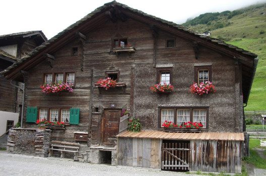 Altes Walserhaus am Dorfplatz in Vals (Bild: Paebi, Wikimedia, GNU)