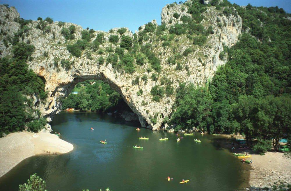 Der Fluss im Tal der Ardèche gilt als Traumziel für Kanuten und Kajakfahrer. (Bild: © BerndGehrmann - CC BY-SA 3.0)