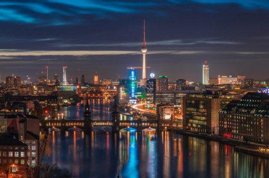Berlin bei Nacht (Bild: FinnishDriver. Wikimedia, CC)