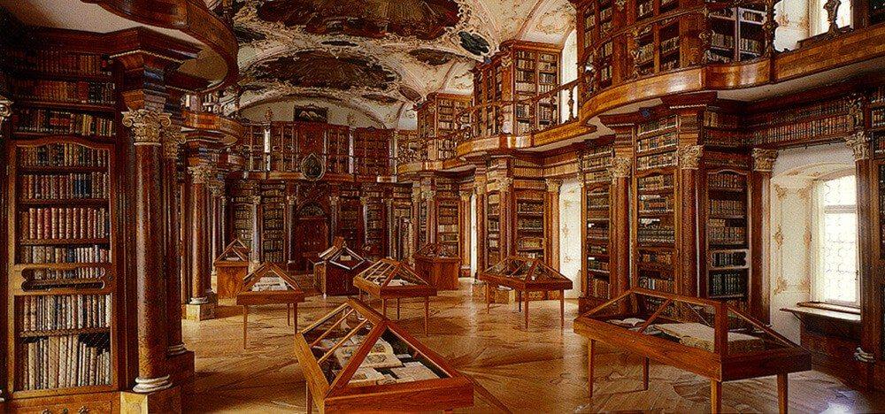 Die Stiftsbibliothek St. Gallen präsentiert erstmals eine Jahresausstellung zum mittelalterlichen Recht. (Bild: © Stiftsbibliothek St. Gallen - CC-BY-SA-3.0)
