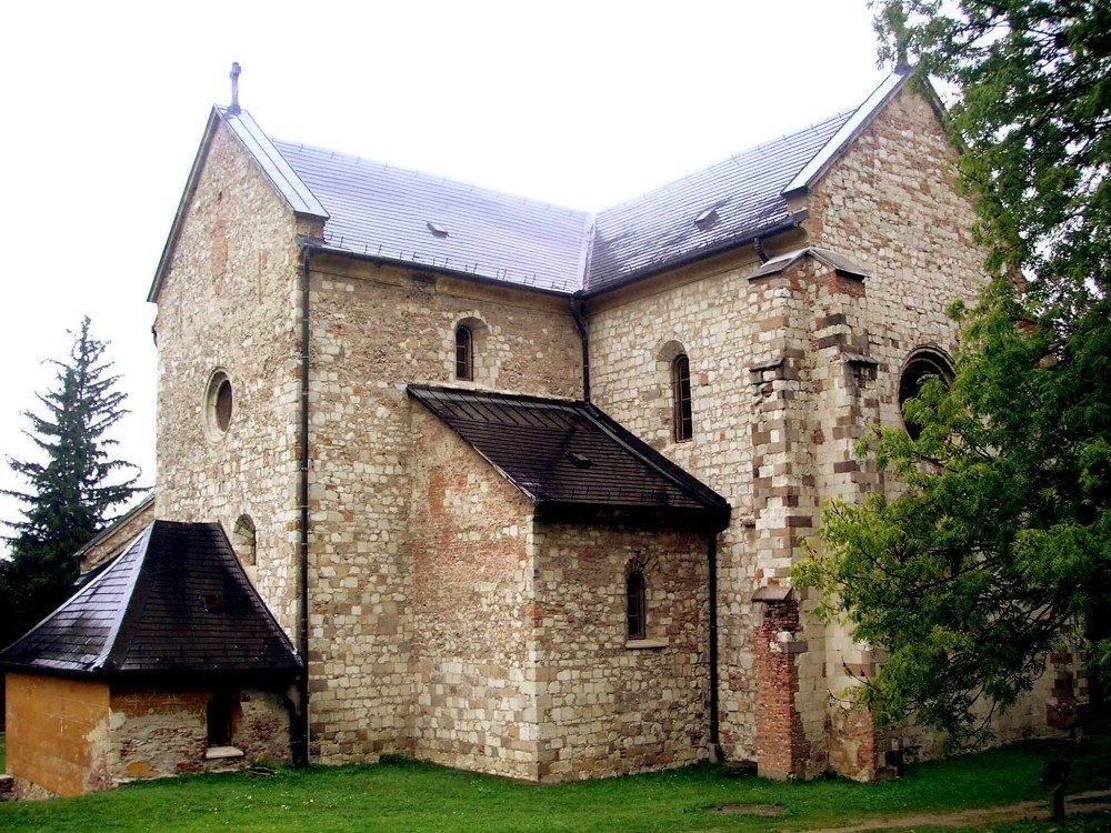 Zu den schönsten baulichen Sehenswürdigkeiten im Gebirge zählt die alte Zisterzienser-Abtei von Bélapátfalva. (Bild: © wiki.org)