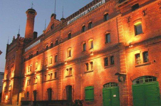 Die denkmalgeschützte Backsteinfassade der im 19. Jahrhundert errichteten Brauerei Maisel. (Bild: © maisel.com)