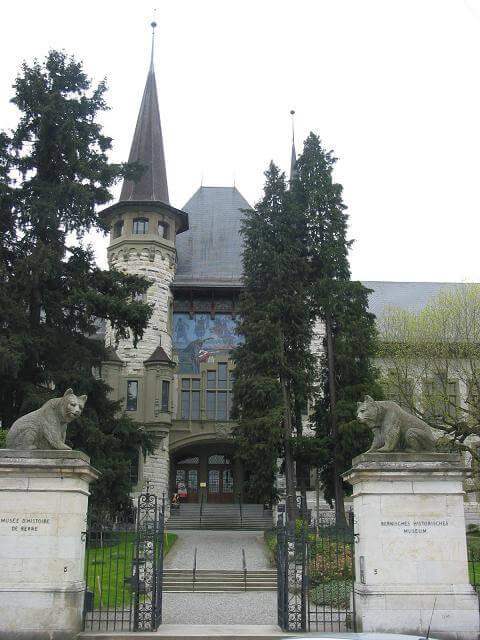 Der Haupteingang des Historischen Museums (Bild: © wiki.org)