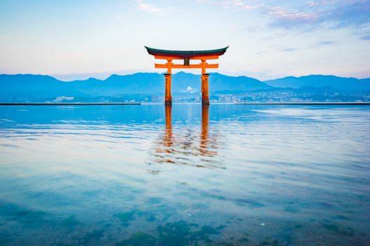 Das Torii ist eines der meistfotografierten Motive in Japan. (Bild: © Nattee Chalermtiragool - shutterstock.com)
