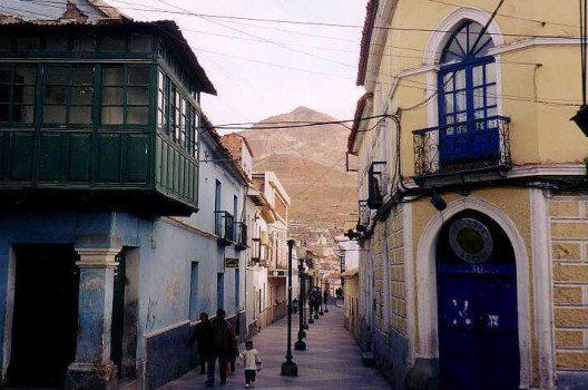Gasse in Potosi mit Cerro Rico (Bild: Gerd Breitenbach, Wikimedia, GNU)