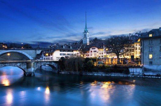 Die Altstadt von Bern am Abend (Bild: © ventdusud - shutterstock.com)