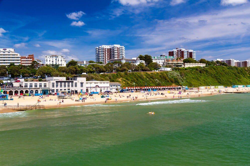 Die Stadt Bournemouth lockt mit ihren wunderschönen Sandstränden. (Bild: © ian woolcock - shutterstock.com)