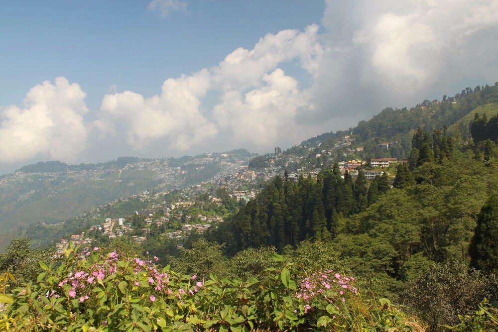 Die Stadt Darjeeling mit gut 130.000 Einwohnern schmiegt sich mit ihren Häusern an steile Berghänge an. (Bild: © Renee Vititoe - shutterstock.com)