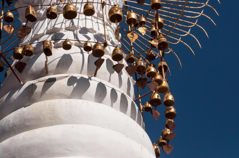 Die verzierten Spitzenhauben mit ihren Glöckchen sorgen bei Wind für einen magischen Klang. (Bild: © tacud - shutterstock.com)
