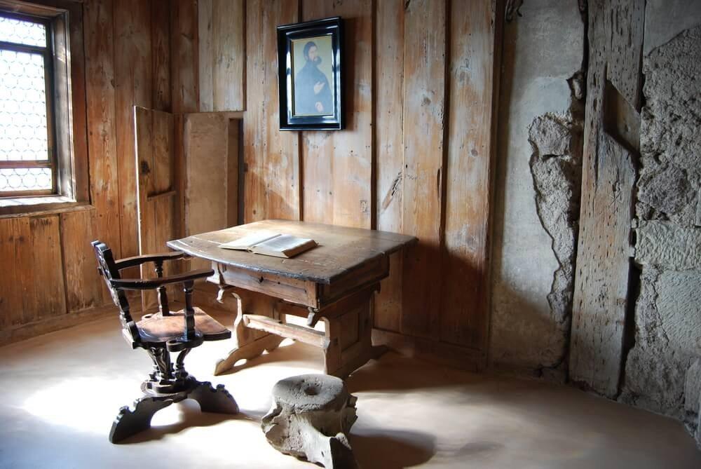 """Noch heute ist auf der Wartburg die karge """"Lutherstube"""" zu sehen. (Bild: © m.wolf - shutterstock.com)"""