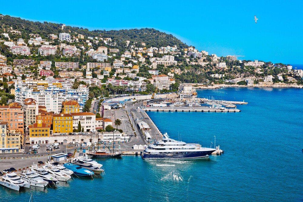 Die Stadt an der Côte d'Azur ist mit Abstand das beliebteste Reiseziel unter Schweizer Jugendlichen. (Bild: © Artens - shutterstock.com)
