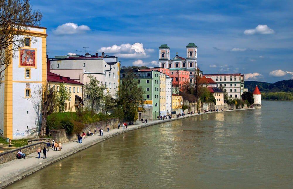 Die Altstadt von Passau ist auf einer Halbinsel erbaut, an deren Spitze der Inn und die Ilz in die Donau münden. (Bild: © Boris Stroujko - shutterstock.com)