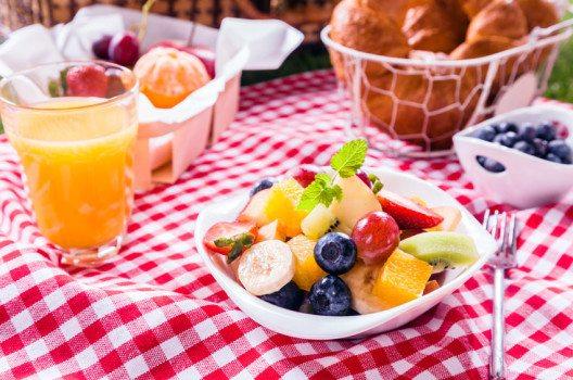 Wie bei jeder Mahlzeit darf auch beim Picknick das Dessert nicht fehlen. (Bild: stockcreations / Shutterstock.com)