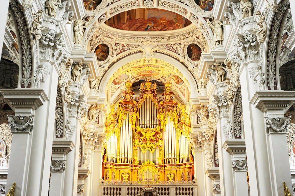 Der Dom Sankt Stephan ist ein Meisterwerk der Baukunst (Bild: © joyfull - shutterstock.com)
