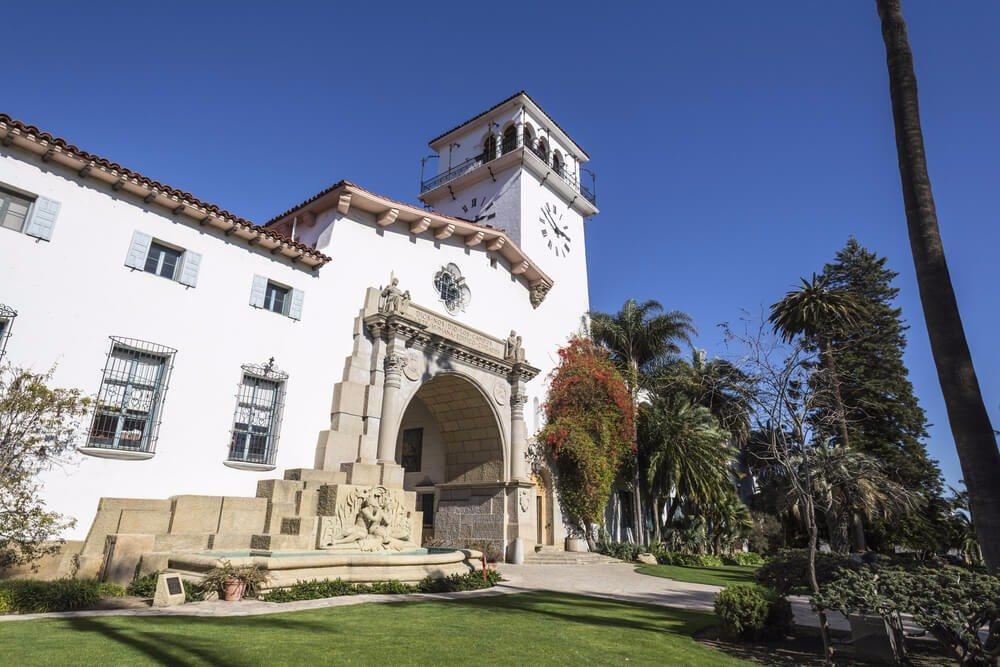 Die meisten Häuser im kalifornischen Küstenort Santa Barbara wurden im spanischen Kolonialstil erbaut. (Bild: © trekandshoot - shutterstock.com)