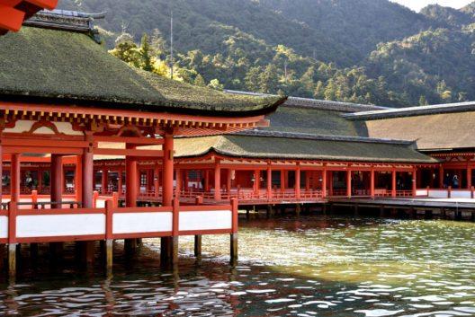 Der Itsukushima-Schrein (Bild: © sano kazuki - shutterstock.com)